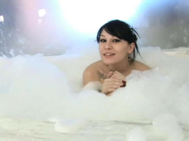 Inked Black-haired Honey Jennique Invinting Us In Her Bouncy Bathtub