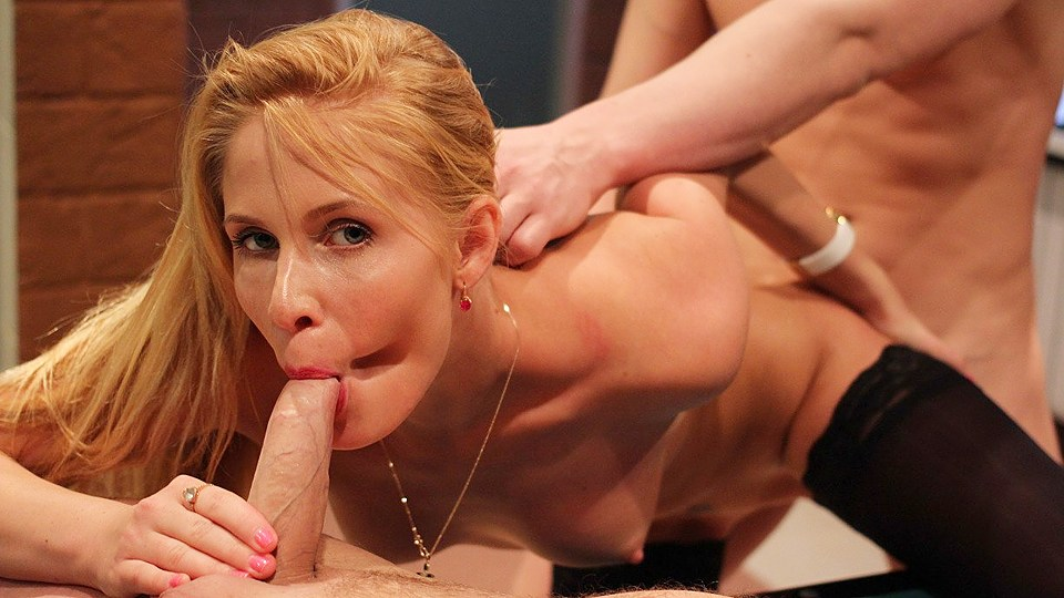 Depraved Blond Nymph Loves 2 Meatpipes Simultaneously